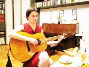 Сания с гитарой